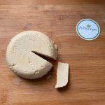 En esta imagen aparece un queso vegano hecho a base de garbanzos
