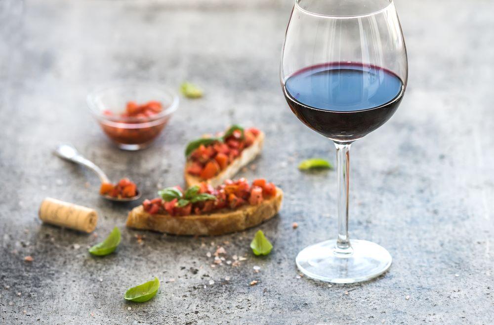 En esta imagen aparece una copa de vino con un aperitivo vegano