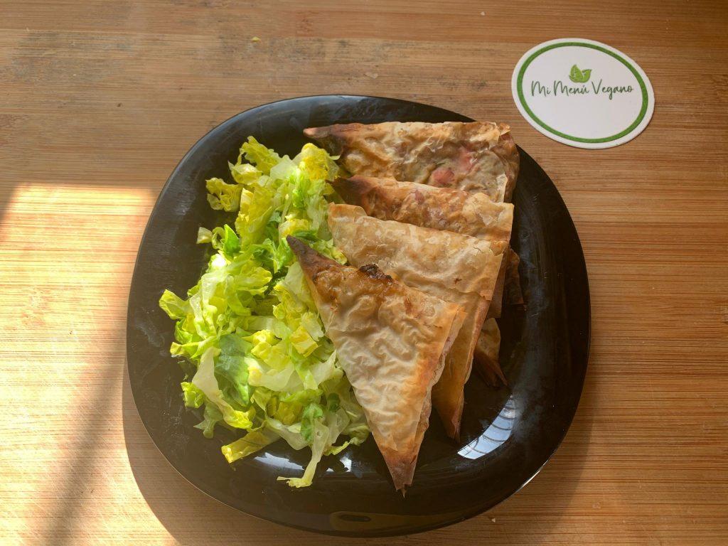 En esta imagen aparece un plato con samosas de verduras