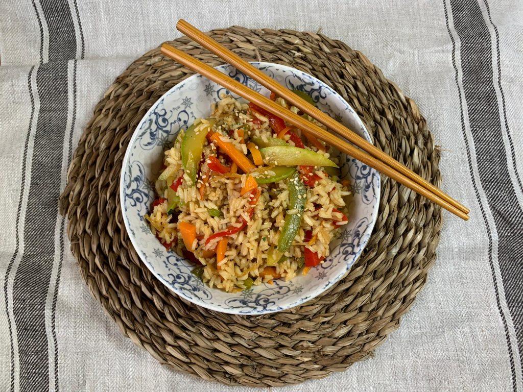 En esta imagen aparece un plato de arroz frito con verduras