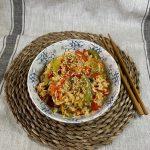 En esta imagen encontramos un plato de arroz frito con verduras al estilo asiatico