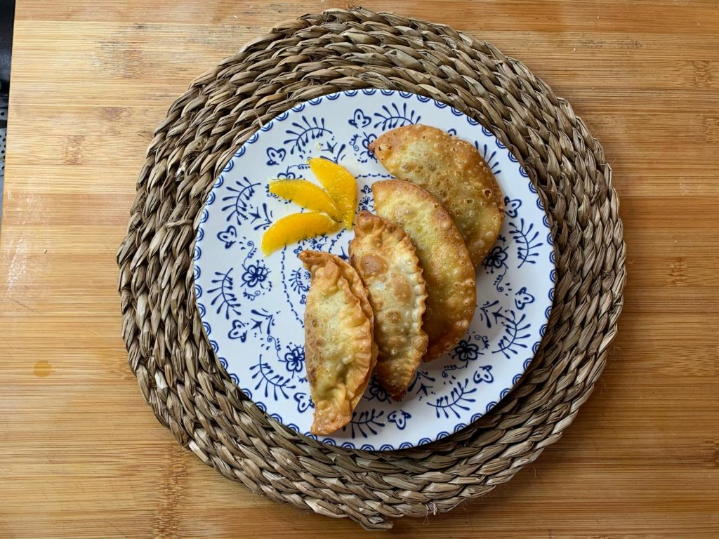 En esta imagen aparece un plato de empanadillas dulces veganas