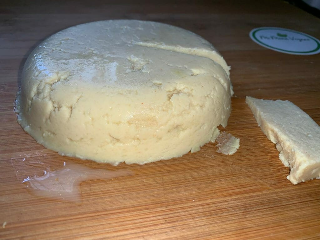 En esta imagen aparece un queso vegano de garbanzos