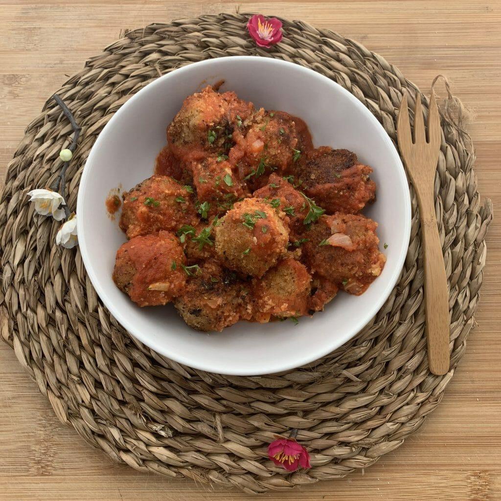En esta imagen aparece un plato de albondigas veganas de soja texturizada