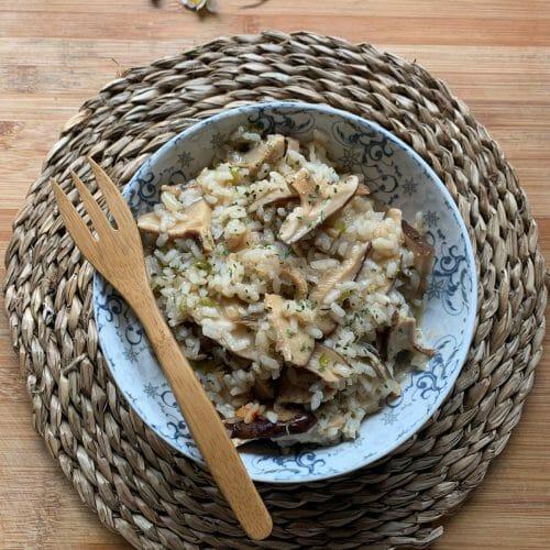En esta imagen podemos encontrar un plato de arroz con setas