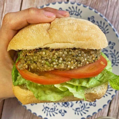 En esta imagen aparece un hamburguesa de quinoa y brócoli