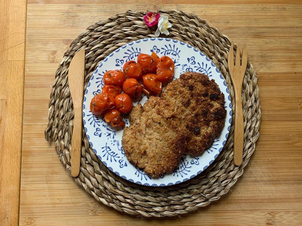 En esta imagen aparece un plato con filetes de soja y unos tomates cherry