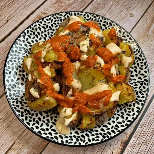En esta imagen aparece un plato de patatas bravas veganas