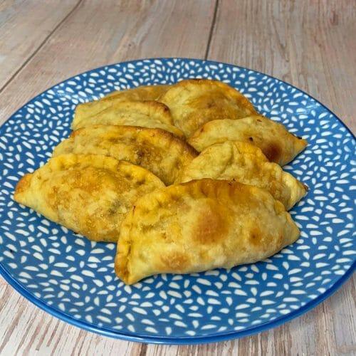 En esta imagen podemos encontrar unas empanadillas veganas hechas con un preparado vegetal sabor atun
