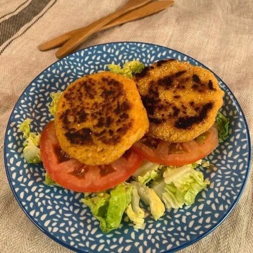 En esta imagen encontramos unas hamburguesas vegetales hechas con calabaza, arroz y avena