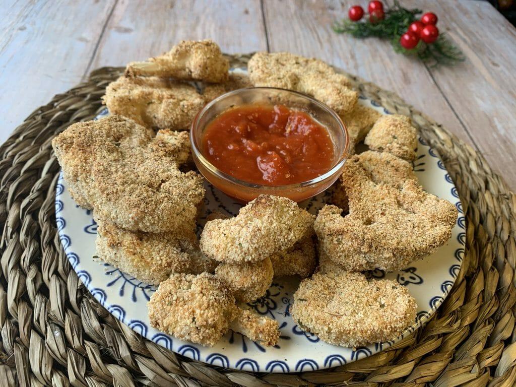 En esta plato aparecen varios nuggets veganos de coliflor