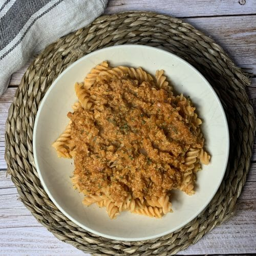 En esta imagen aparece un plato de macarrones de lentejas con boloñesa vegana