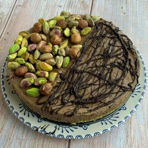 En esta imagen aparece un pastel de chocolate con pistachos