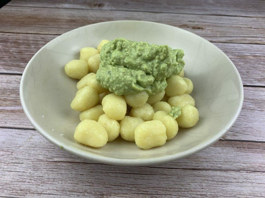 En esta imagen aparece un plato de ñoquis con salsa de aguacate