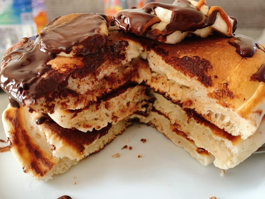 En esta imagen aparece una torre de pancakes esponjosos veganos