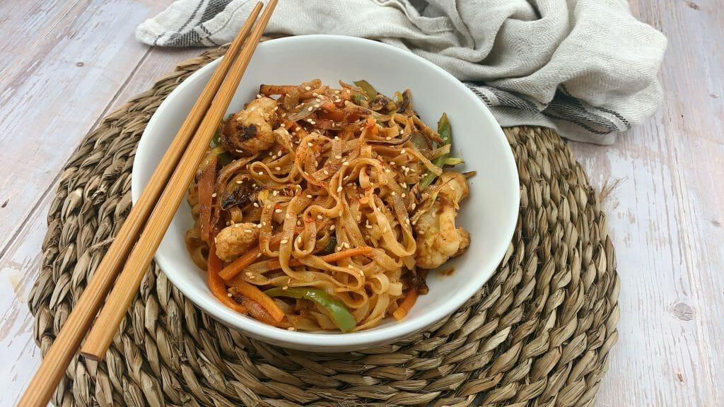 En esta imagen aparece un bol de noodles veganos con salsa de crema de cacahuete