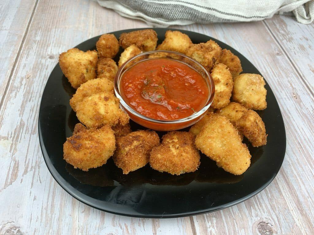 En esta imagen aparece un plato de palomitas de tofu con salsa de tomate