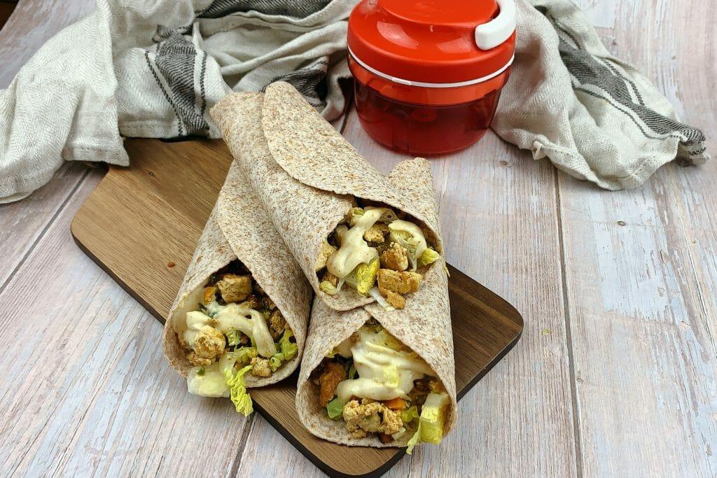 En esta imagen aparecen unos wraps de tofus y verduritas al curry