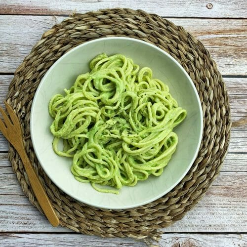 En esta imagen aparece un plato de pasta con salsa de guisantes