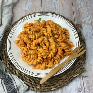 En esta imagen aparece un plato de pasta con salsa romescu