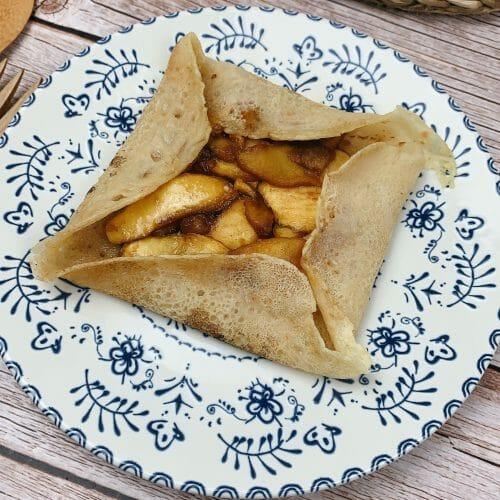 En esta imagen aparece un plato con gallete con manzana