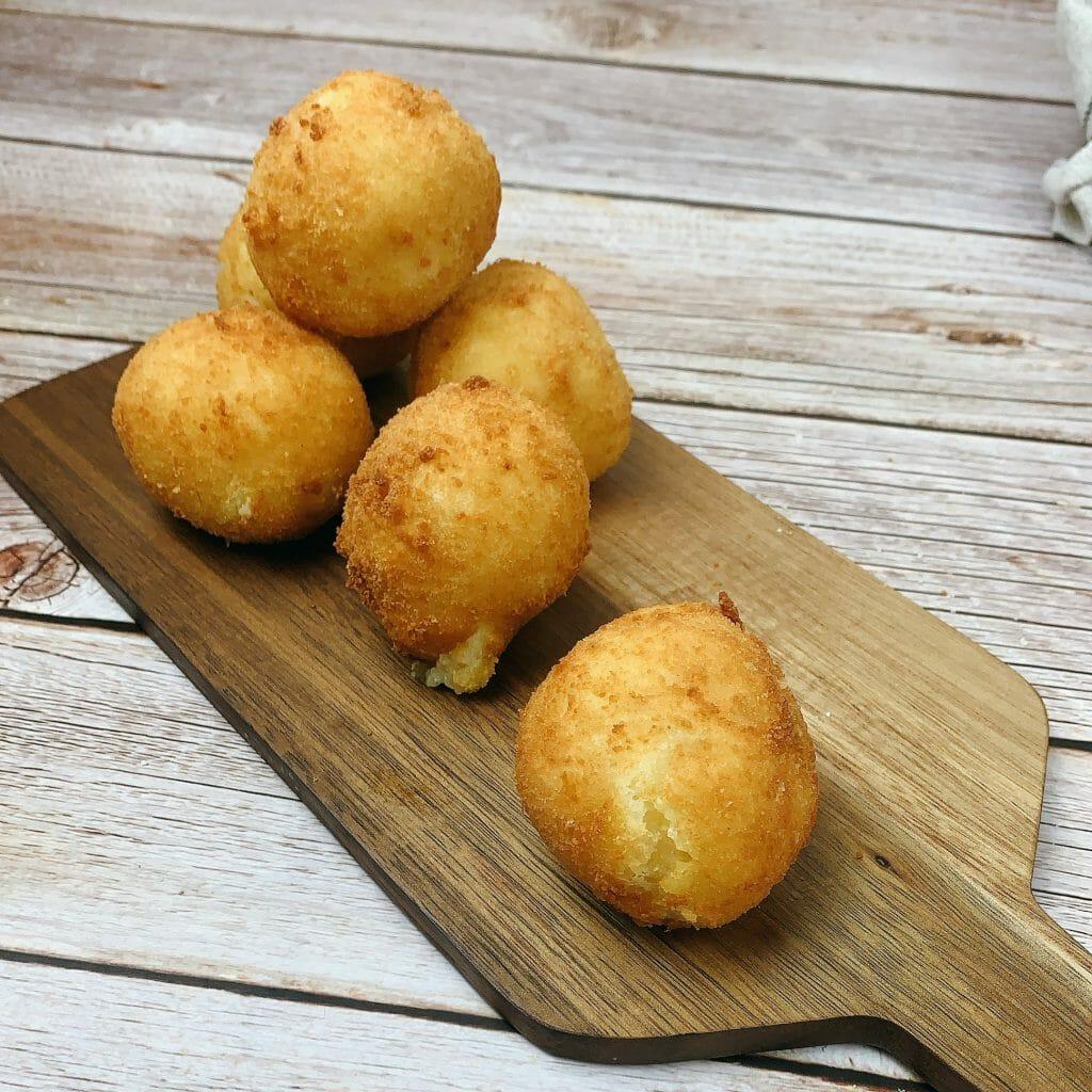 En esta imagen aparece una tabla con patatas rellenas de queso