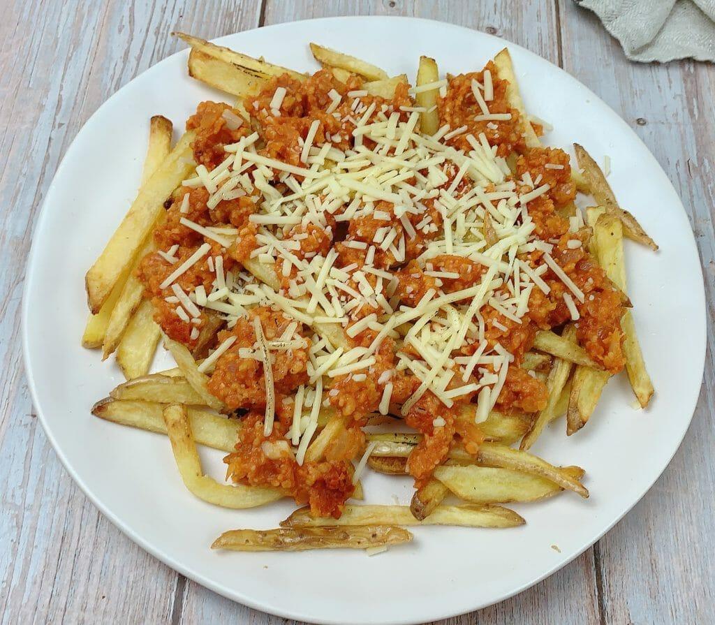En esta imagen aparece un plato de patatas con boloñesa vegana