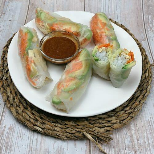 En esta imagen aparece un plato de rollitos vietnamitas
