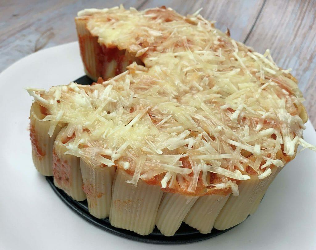 En esta imagen aparece un pastel de macarrones a la boloñesa vegana